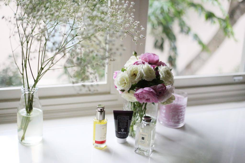 photo Rose Valentines Day beauty products and gifts Emma Hoareau photography flowers Jo Malone Peony and Blush Suede Sisley Black _zpssggtfbwm.jpg
