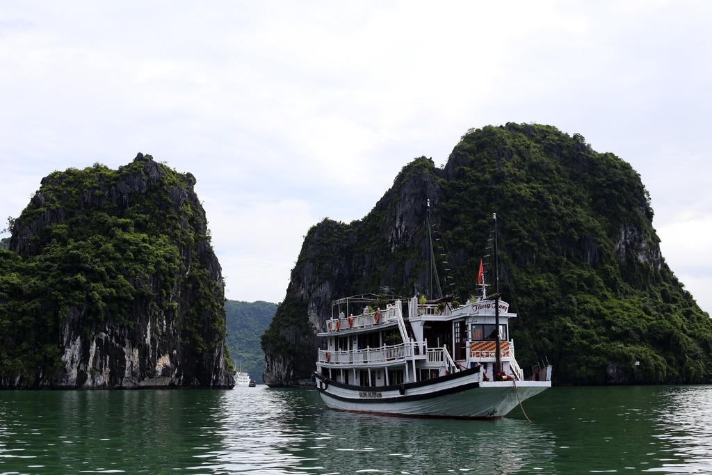 photo Halong Bay boat _zpshwdpfcis.jpg