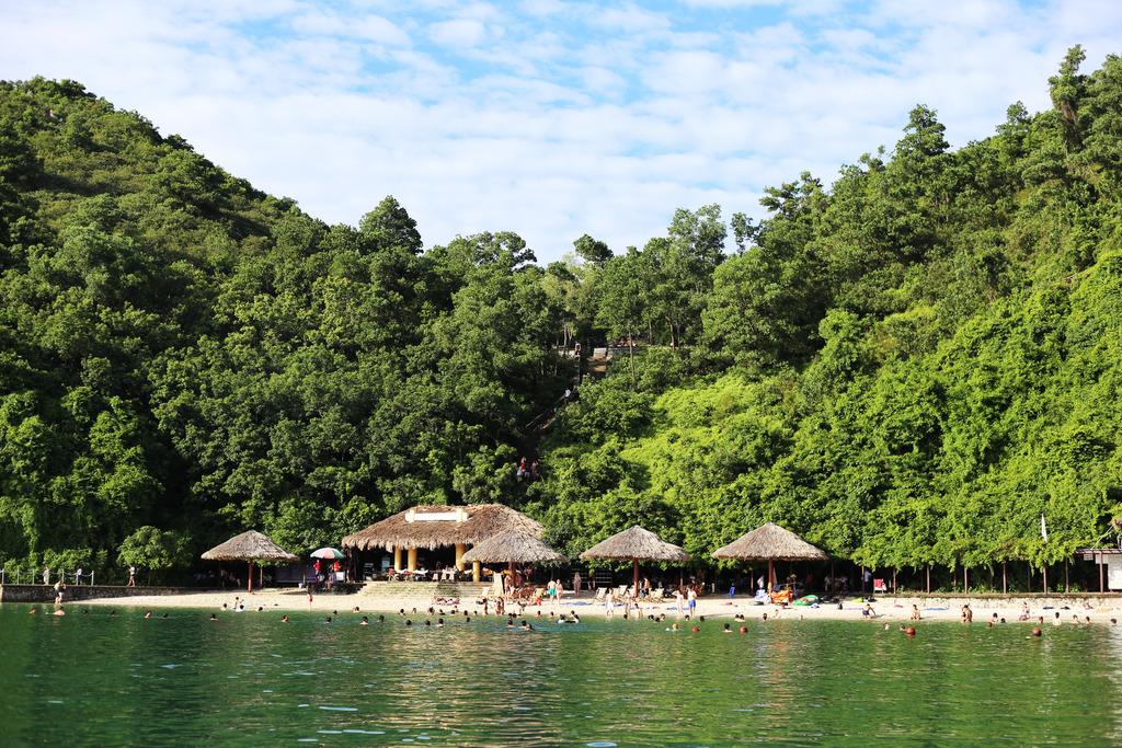 photo Halong Bay party beach_zpseov4b5nw.jpg